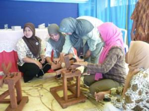 Pelatihan pembuatan kerajinan tampar pisang di Lumajang oleh Kadin Jatim