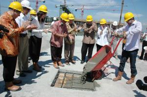 Direktur Utama PT Ciputra Surya,Tbk Harun Hajadi melakukan pengecoran sebagai tanda peresmian peresmian Topping Off  Ciputra World yang terletak di Jl Mayjen Sungkono Surabaya, Selasa (29/6/10). (KB/Purna Budi)