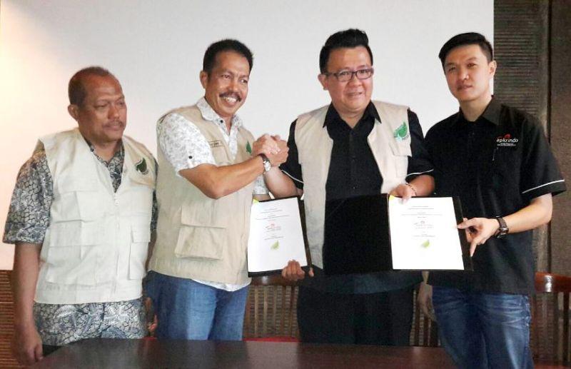 Ketua Apkrindo Jatim Tjahjono Haryono (dua dari kanan) menjabat tangan Dirut Patani Sarjan Tahir.