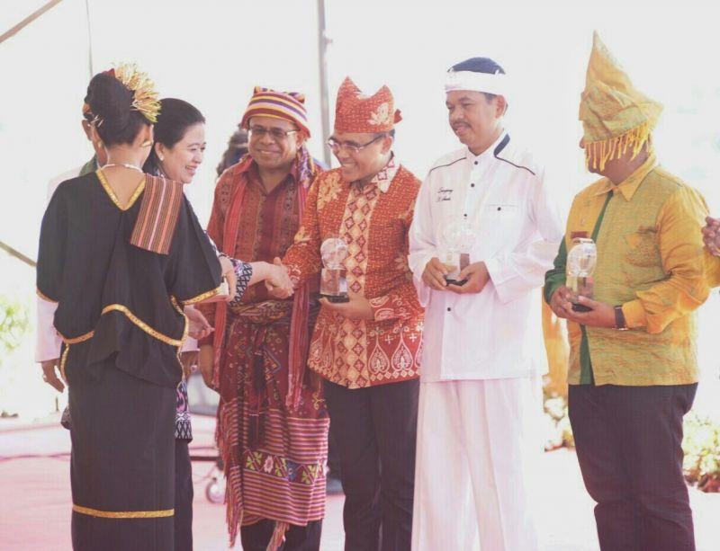 Bupati Banyuwangi terpilih Abdullah Azwar Anas menerima penghargaan dari PWI yang diserahkan oleh Menko PMK Puan Maharani
