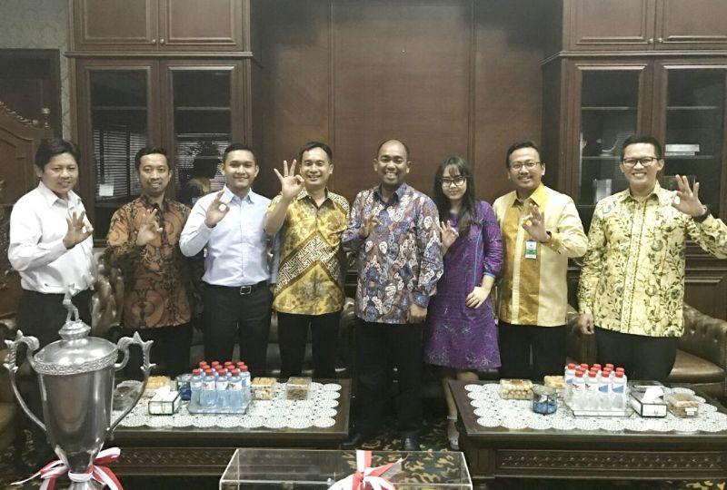 Direktur Utama Pelindo III (Persero) Orias Petrus Moedak (empat dari kanan) bersama jajaran pengurus BPD HIPMI Jatim.