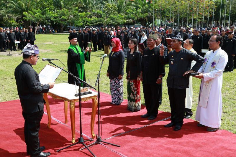 Bupati Banyuwangi Abdullah Azwar Anas melantik para pejabat di Taman Blambangan.
