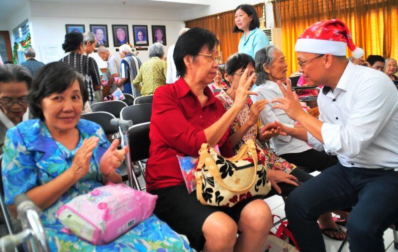 Bussiness Head Regional Jatim WOM Finance, Gilbert Samuel Siahaan berbincang dengan warga panti Surya Surabaya