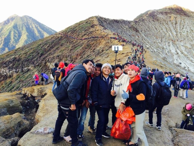 Bupati Banyuwangi Abdullah Azwar Anas ketika berwisata ke Kawah Ijen