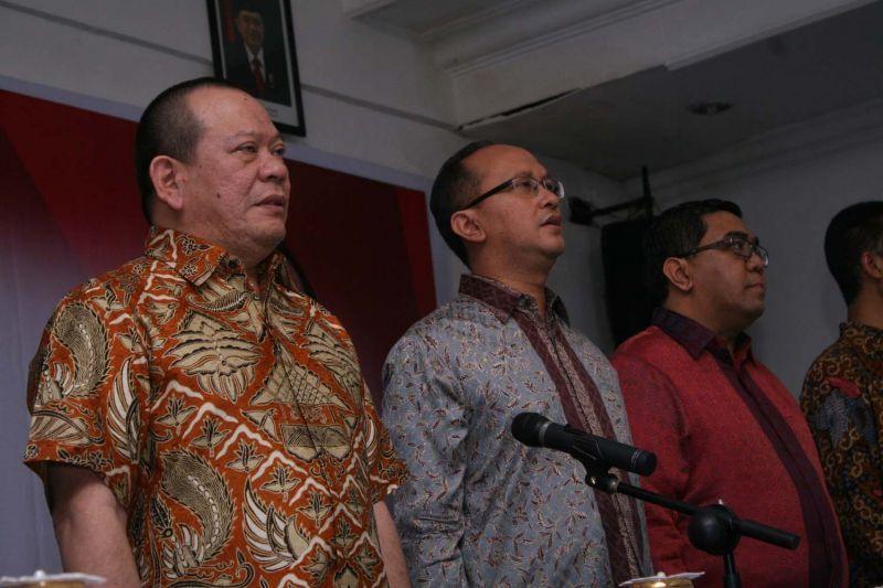 La Nyalla Mahmud Mattalitti (kiri)) dalam sebuah kegiatan Kadin Jatim.