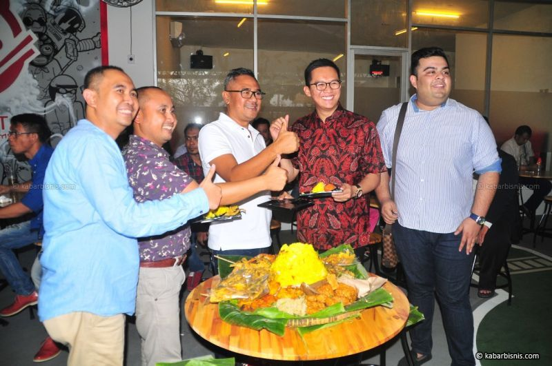 Freddy Abdullah (baju putih) saat pembukaan kedai Mie Setan di kawasan Mulyorejo, Surabaya.