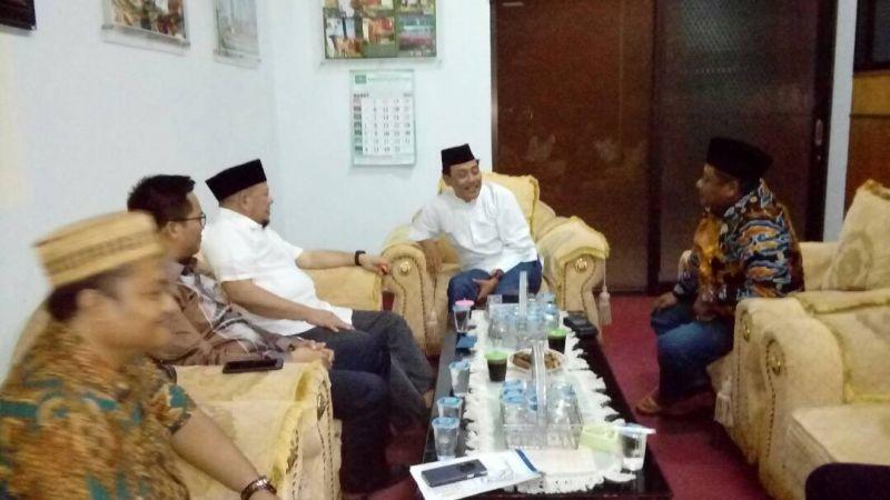 Ketua Umum Kadin Jatim La Nyalla Mahmud Mattalitti bersilaturahim dengan Ketua PWNU Jatim KH Hasan Mutawakkil Alallah.