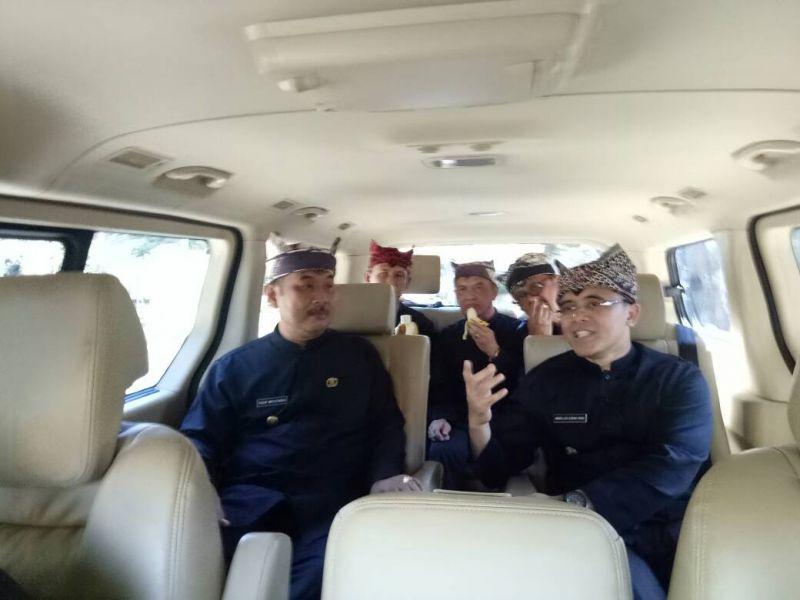 Bupati Banyuwangi Abdullah Azwar Anas rapat di mobil dengan jajarannya.