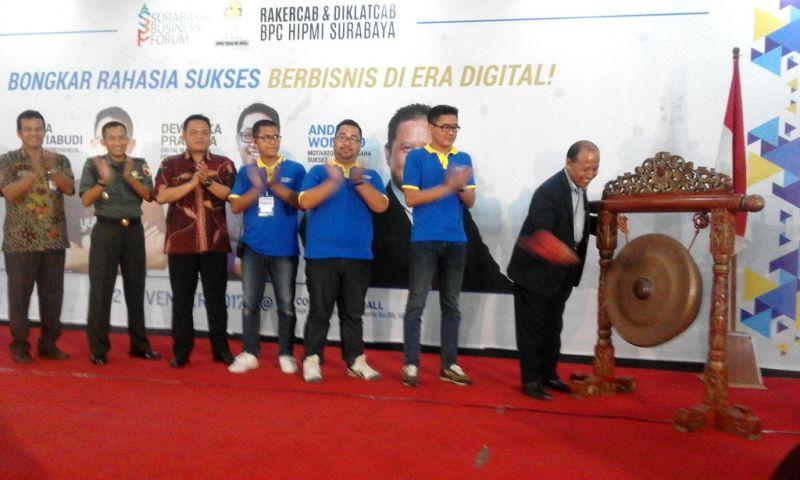 Dari kanan: Ketua Kadin Kota Surabaya Jamhadi didampingi Ketua HIPMI Jatim Giri Bayu Kusumah, dan Ketua HIPMI Surabaya Kuswana Mandiri Septian saat membuka Surabaya Business Forum 2017 di DBL Arena Surabaya, Minggu (12/11/2017).