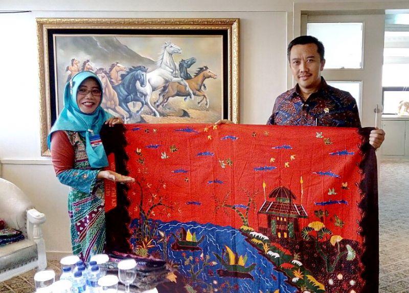 Menteri Pemuda dan Olah Raga Imam Nahrowi saat melihat hasil karya Batik SIla, didampingi Ida Rizal (kiri).
