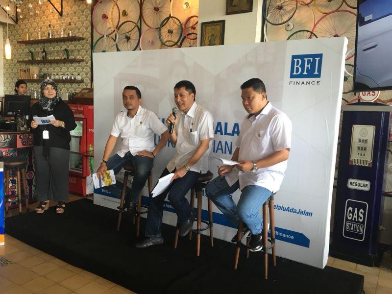 Dari kiri ke kanan, Rifky Kurniawan (Area Manager 10B, Yogyakarta PT BFI Finance Tbk), Andrew Adiwijanto (Direktur Operasional dan SDM), Rachmadi (Regional Manajer 10, Jateng dan DIY)