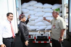 Bupati Banyuwangi Abdullah Azwar Anas melepas operasi pasar beras di Banyuwangi.