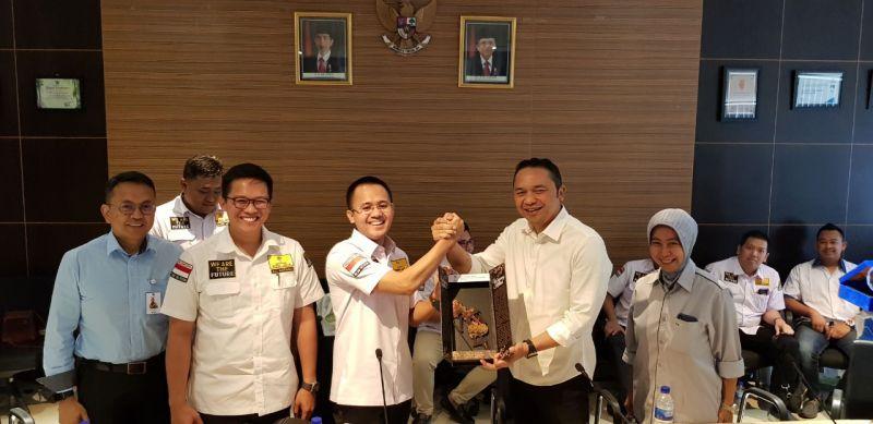 Dirut Pelindo III Ari Askhara bersalaman dengan Ketua Umum HIPMI Jatim Mufti Anam, disaksikan Ketua Dewan Kehormatan Muhammad Ali Affandi.