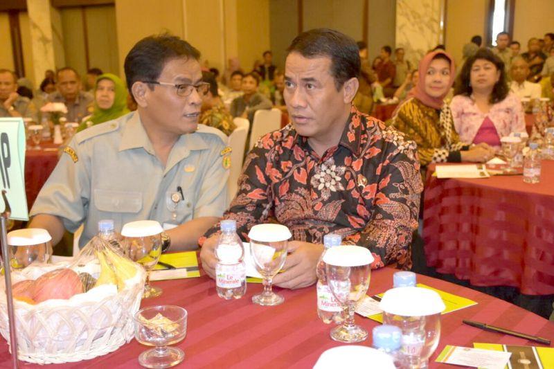 Mentan Amran Sulaiman (kanan) bersama Dirjen Peternakan dan Kesehatan Hewan I Ketut Diarmita