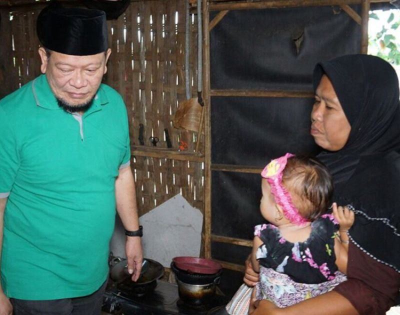 La Nyalla Mahmud Mattalitti saat mengunjungi warga miskin.