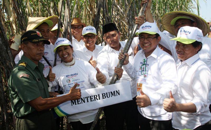 Menteri BUMN Rini Soemarno bersama Dirut PTPN X, Dwi Satriyo Annurogo.