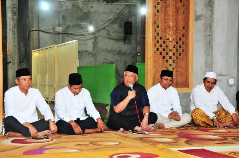 Dirut PG Nugroho Christijanto (tengah) bersama Direksi PG dan Pengurus Masjid saat Buka Puasa Bersama di Masjid Karomah Desa Lumpur,