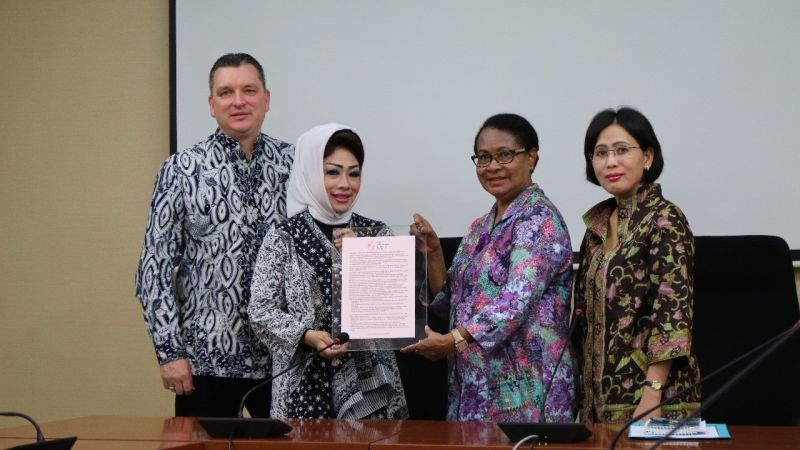 Penyerahan One Pager Recommedation Kepada Menteri Pemberdayaan Perempuan dan Perlindungan Anak Yohana Yembise.