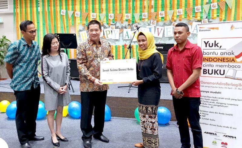 Eddie Harijanto Bintoro (tengah) secara simbolis menyerahkan buku kepada Taman Baca Jruk Sumba di dampingi (kiri) Jemmy Toding (RSMEH) dan Irene Sri Redjeki (RCH).