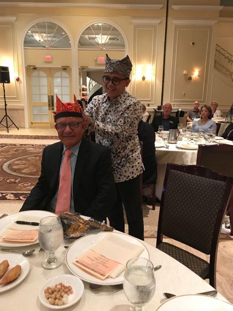 Bupati Azwar Anas dan Presiden Biro Perjalanan Wisata AS Wilayah Midwest Jesse Guerra.