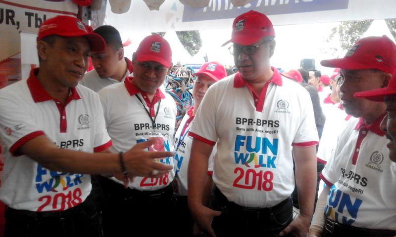 Ketua Umum Perbarindo Joko Suyanto (kiri) berbincang dengan Dirut Bank Jatim R Soeroso di acara Fun Walk BPR-BPRS di Lapangan Rampal, Malang.