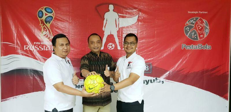 Dirut PT SIER Fattah Hidayat (tengah) bersama ketua panitia nobar Piala Dunia Ilhamsyah Mahendra dan wakil ketua panitia Aprizaldi.