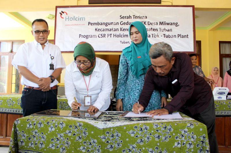General Manager PT Holcim Indonesia Pabrik Tuban, Reni Wulandari bersama dengan Kepala Desa Mliwang, Sugiyanto, menandatangani MoU Serah Terima Gedung PKK Desa Mliwang.