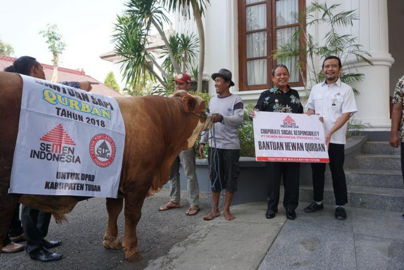 Direktur Produksi PT Semen Gresik, Joko Sulistiyanto (kanan) menyerahkan hewan kurban kepada Wakil Bupati Tuban Noor Nahar Hussein.