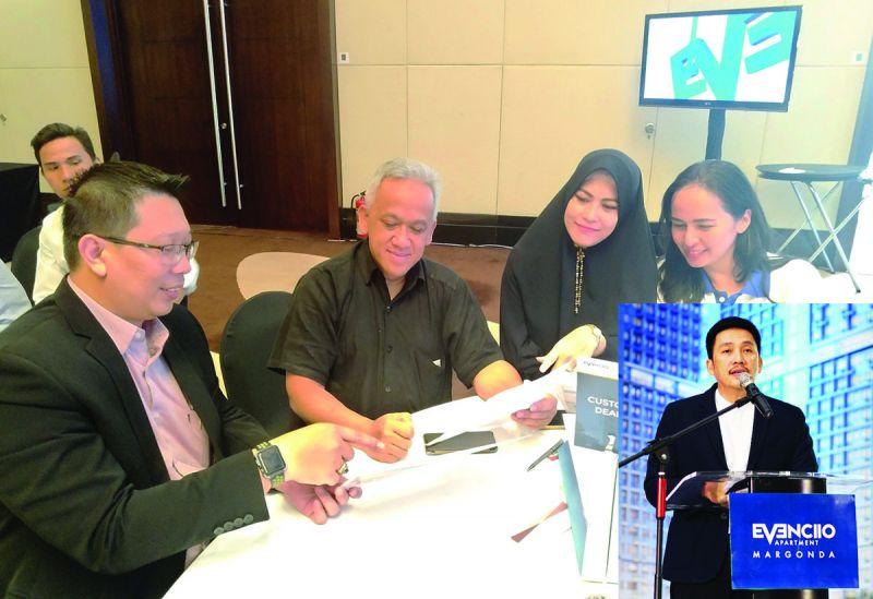 Project Director PPRO Septavianto (kiri) menunjukkan potensi investasi di Tower Extension Evenciio Margonda ke investor. Insert: Galih Saksono saat memberikan sambutan peluncuran Tower Extension Evenciio Margonda, Sabtu (8/9/2018).