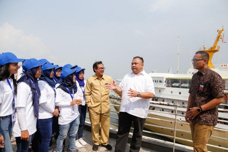 Direktur SDM Pelindo III dan Kepala Dinas Pendidikan Kota Surabaya Berbincang Dengan Peserta Magang
