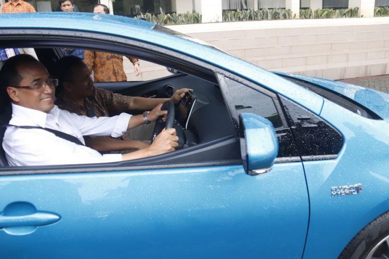 Menteri Perhubungan RI Budi Karya Sumadi (baju putih) didampingi Tri Arief Sardjono mencoba mengendarai mobil hybrid Toyota Prius di kampus ITS.