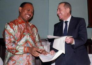 Ketua Kadin Surabaya Jamhadi (kiri) menandatangani MoU dengan Kepala Komite Industri Kadin Zahle Lebanon Antonie Saliba di Hotel Mandarin Majapahit Surabaya, Jumat (30/10/09). (Kabarbisnis/Purna Budi Nugraha)
