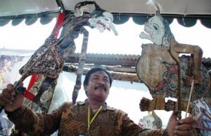 Santo Wijoyo dan produk kerajinan wayangnya (Purna Budi/kabarbisnis.com)