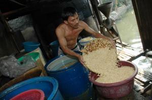 Perajin tempe mengolah kedelai dalam proses produksi (Purna Budi/kabarbisnis.com)