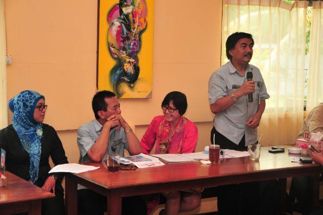 Kepala Departemen Pengelolaan Sosial dan Lingkungan, Faf Adisamsul (kanan), memaparkan pelaksanaan Kirana 2013