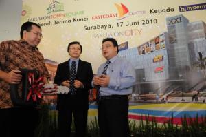 Direktur Utama Grup Pakuwon Richard Adisastra (tengah) bersama Direktur Grup Pakuwon Sutandi (kanan) menyerahkan kunci kepada perwakilan Hypermart Arifin Mulyawan pada acara serah terima kunci East Coast Center di gedung Pakuwon City Surabaya (KB/Purna)
