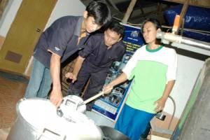 UMKM mendapat pendampingan pembuatan tahu dari tim Kadin Jatim (Purna Budi/kabarbisnis.com)