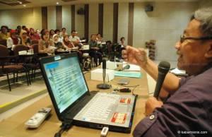Pakar nutrisi Unair, Bambang Wirjatmadi, menyampaikan materi tentang penggunaan teknologi tepat guna untuk UMKM