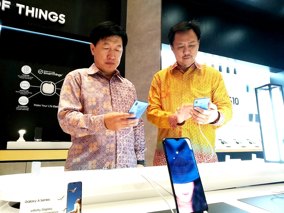 Founder PT Tiphone Mobile Indonesia Tbk Henky Setiawan (kanan) bersama President PT Samsung Electronics Indonesia, Jae Hoon Kwon di Samsung Experience Store Galaxy Mall 3 Surabaya.