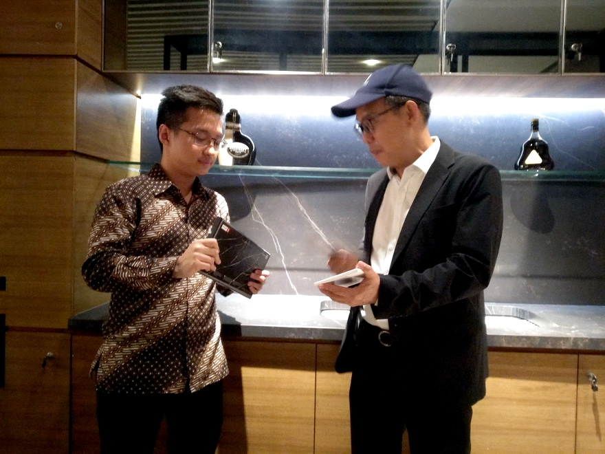 CEO MM Galleri Group, Peter S. Tjioe (kanan) bersama Country Director Cosentino Indonesia, Eggy Santoso.